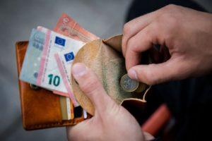 Изображение - Предоставление льгот одиноким пенсионерам на федеральном и региональном уровне dengi_ruki_pensioner_1_21230010-300x200