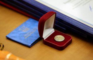 Как получить звание - Ветеран труда - в Тюменской области , кому присваивается, закон, награды