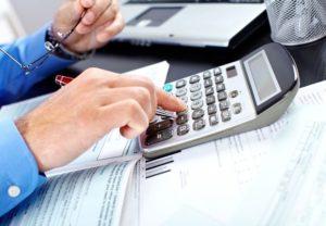 Если работающий пенсионер увольняется, какие выплаты ему положены при увольнении по собственному желанию, при выходе на пенсию, компенсация