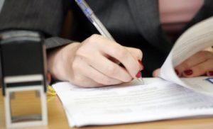 Изображение - Прекращение выплаты пособия по безработице dokumenty_podpisyvayut_1_04151732-300x182