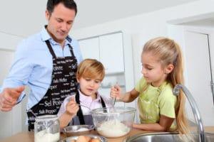 Льготы многодетному отцу: как получить статус, удостоверение папе, если дети от разных браков, законодательство РФ, считается ли семья